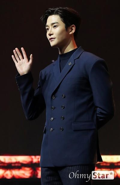 'SF9' 로운, 만능꾼 신인연기자 SF9의 로운이 7일 오후 서울 한남동의 한 공연장에서 열린 정규 1집 <퍼스트 컬렉션(FIRST COLLECTION)> 발매 쇼케이스에서 포토타임을 갖고 있다.