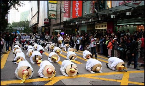 2005년 WTO 반대시위의 일환으로 삼보일배를 하며 홍콩 거리를 행진한 한국 시위대 (http://omn.kr/35c2)
