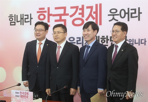 황교안 자유한국당 대표가 7일 오후 서울 여의도 국회 당대표실을 예방한 하태경 새로운보수당 책임대표를 만나 인사를 나누고 있다.