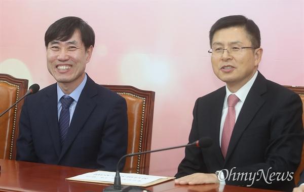 황교안 자유한국당 대표가 7일 오후 서울 여의도 국회 당대표실을 예방한 하태경 새로운보수당 책임대표를 만나 이야기를 나누고 있다.
