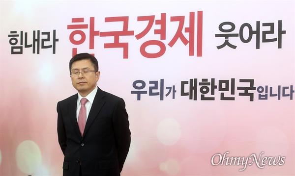 황교안 자유한국당 대표가 7일 오후 서울 여의도 국회 당대표실에서 하태경 새로운보수당 책임대표를 기다리며 생각에 잠겨 있다.