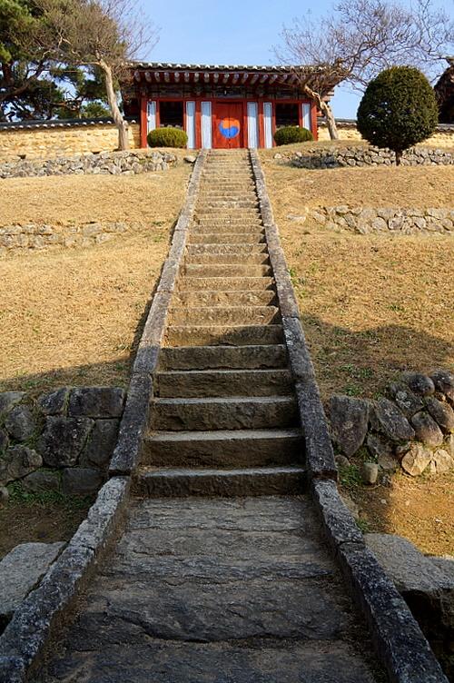 남계서원 사당 강학공간인 명성당에서 멀리 떨어진 언덕 위에 침묵의 제향공간, 사당을 마련하였다.