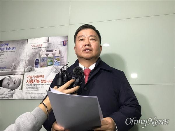 """김기수 특조위원이 포스트타워 17층에서 기자들을 대상으로 브리핑을 열었다. 그는 마무리하면서 """"질문은 받지 않겠다""""고 선언했다."""