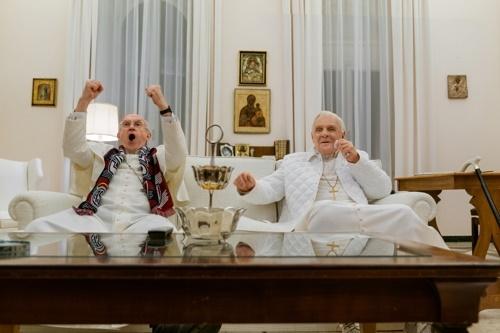 신구 '교황'이 축구경기를 관람하는 장면 영화 '두교황'에서 아르헨티나 출신인 신임 프란치스코 교황과 독일출신인 전임 베네딕토 16세가 2014년 월드컵 결승전에 오른 모국팀들을 응원하고 있는 장면