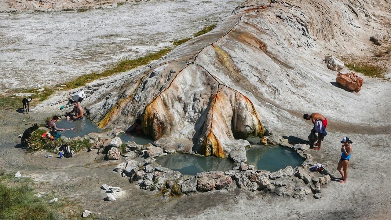 트래버틴 온천이다. 뱀처럼 긴 암석 끝에 온천수가 고여 있다.