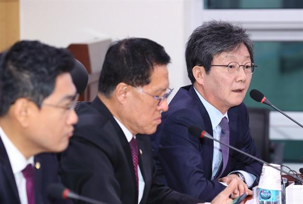 새로운보수당 유승민 보수재건위원장(오른쪽)이 8일 국회 의원회관에서 열린 제1차 당 대표단·청년 연석회의에서 발언하고 있다.