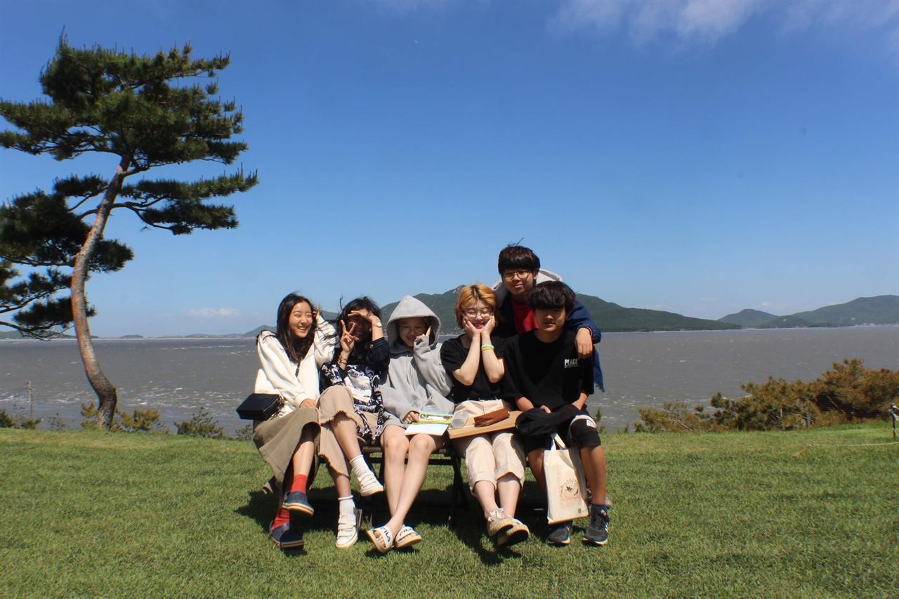 꿈틀리인생학교에서는 날씨 좋은 날에는 야외로 나가지요.