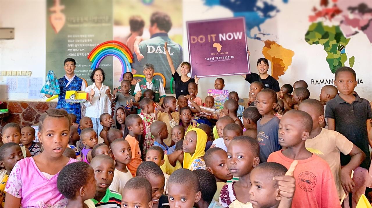 다르에스살람 쿤두치 빈민촌 아이들의 재활용 장남감 만들기 축제 모습 다르에스살람 쿤두치 빈민촌 아이들의 재활용 장남감 만들기 축제 모습