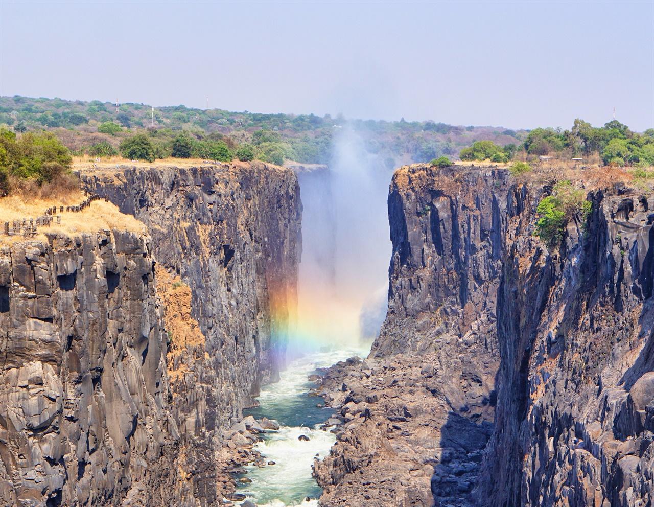 모시오아툰야 폭포  강물이 줄어들어 대부분이 말라버린 모시오아툰야 폭포 잠비아 쪽 모습. 멀리 보이는 마르지 않은 폭포에 가려면 비자 비용을 내고 짐바브웨 국경을 넘어야 한다.