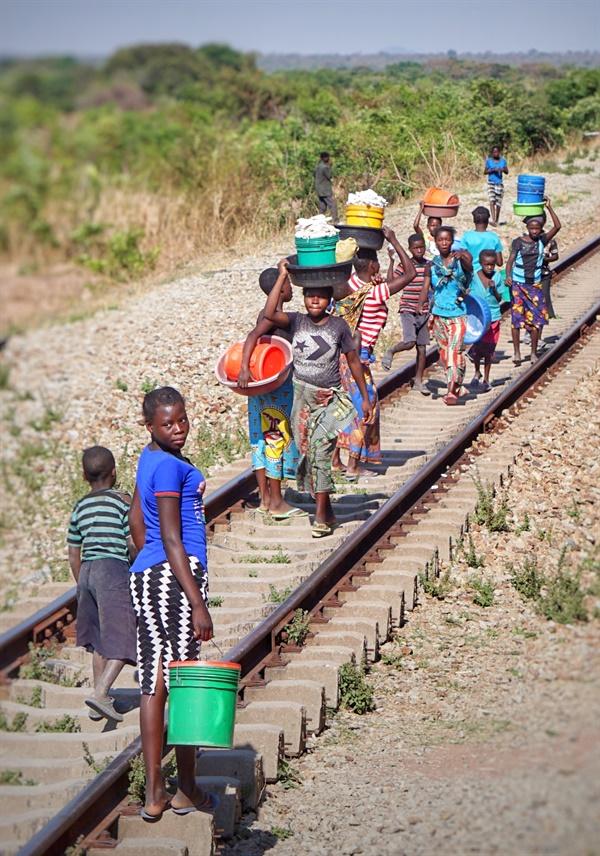 타자라 열차가 정차하는 마을의 상인들 타자라 열차가 정차하는 마을의 상인들