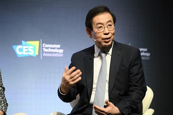 박원순 서울시장이 8일(현지시간) 미국 네바다주 라스베이거스에서 열린 CES 스페셜세션에서 전문가들과 토론을 하고 있다.
