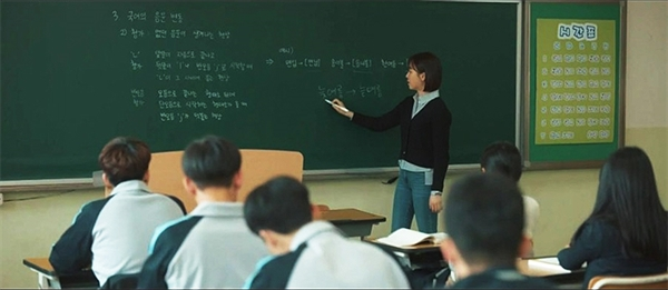 기간제 교사는 정교사가 군 입대, 파견, 휴직, 출산 휴가 등의 이유로 학교에 결원이 발생했을 때 한시적으로 채용되는 비정규직 교원을 말한다.