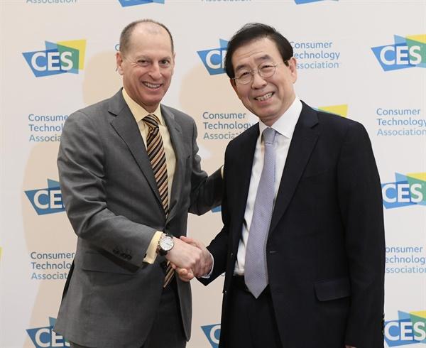 세계 최대 가전·IT 박람회인 'CES 2020'에 참가 중인 박원순 서울시장이 8일(현지시간) 오전 CES의 주관사인 미국소비자기술협회(CTA)의 게리 샤피로 회장과 만나 악수하고 있다.