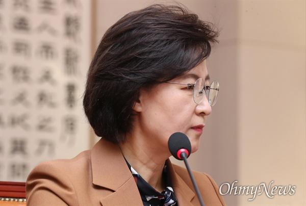 법사위 출석한 추미애 장관 추미애 법무부 장관이 9일 오후 서울 여의도 국회에서 열린 법제사법위원회 전체회의에서 검찰 인사와 관련한 의원들의 질의를 듣고 있다.