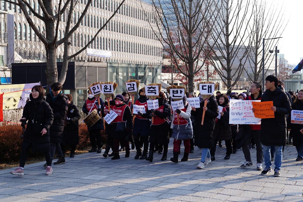 언더우드관 총장실로 행진하는 참가자들