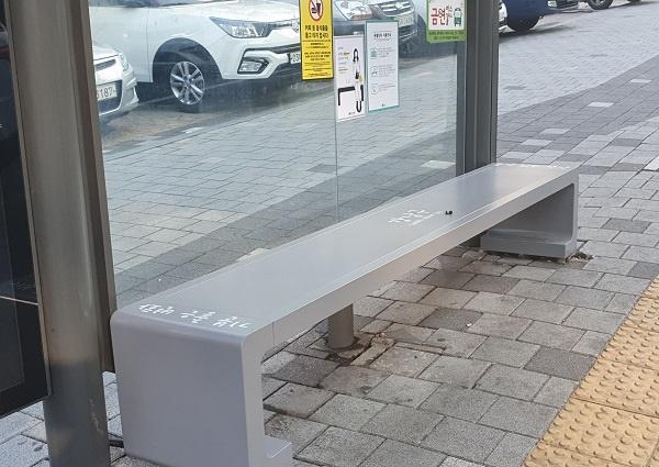 강남구 버스정류장에 설치된 온열의자.