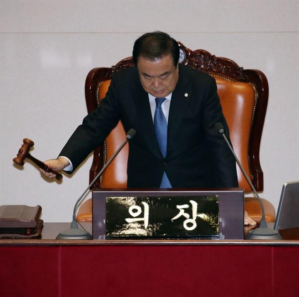 문희상 국회의장이 9일 국회에서 열린 본회의에서 자유한국당 의원들이 불참한 가운데 본회의 개의를 선포하고 있다.