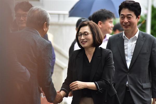 1심 자신의 선고공판에 찾아온 지지자들과 인사를 나누는 은수미 성남시장의 모습