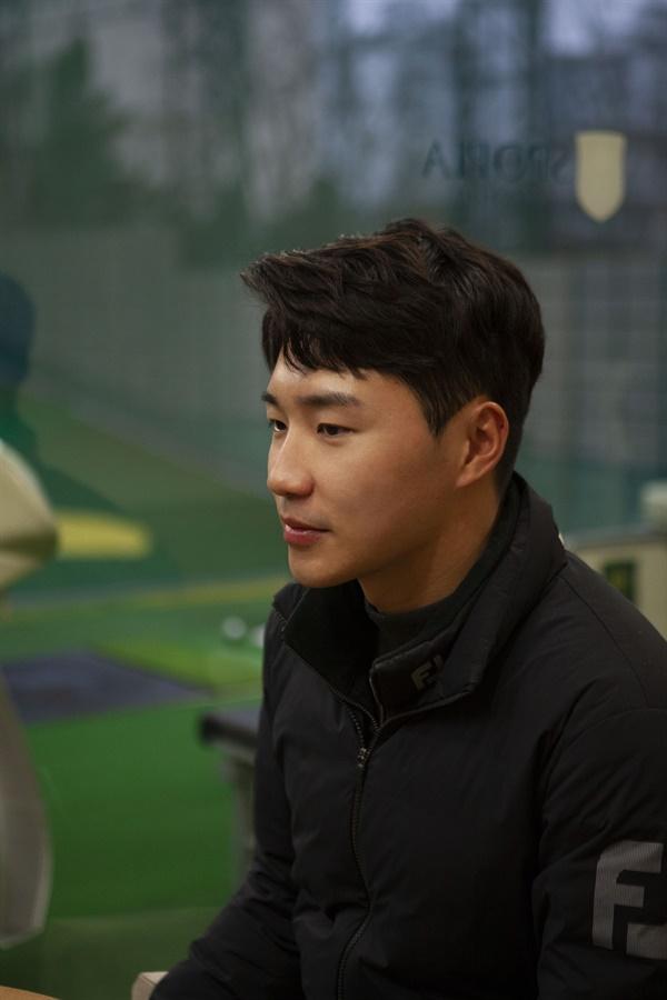 """고윤성 프로는 골프의 대중화에 대해 """"골프채를 처음 잡는 나이대가 어려지고, 골프가 어린아이도 접할 수 있는 놀이 같은 개념이 되어야 조금 더 대중화가 될 수 있을 것 같다""""고 말했다."""