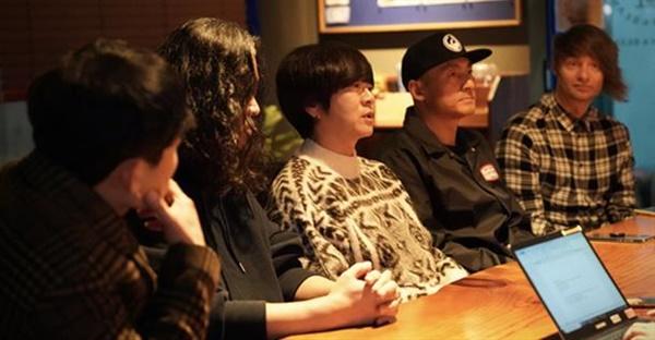 ▶좌측부터 박태희(베이스), 허준(기타), 윤도현(보컬), 김진원(드럼), 스캇 할로웰(기타)