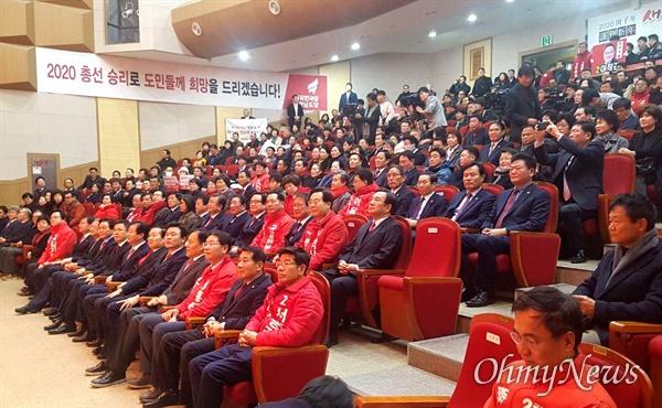 자유한국당 경남도당은 황교안 대표 등이 참석한 가운데 10일 오전 창원대학교 종합교육관에서 '신년인사화'를 열었다.
