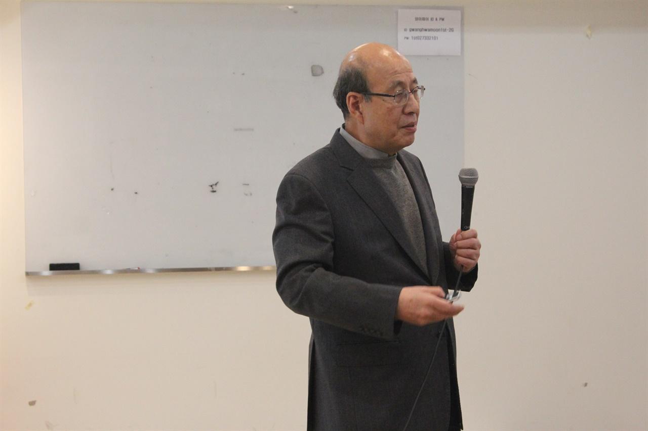 기조발언 임현진 교수가 오늘날 시민단체가 직면한 문제와 나아갈 방향에 대해 발표하고 있다.
