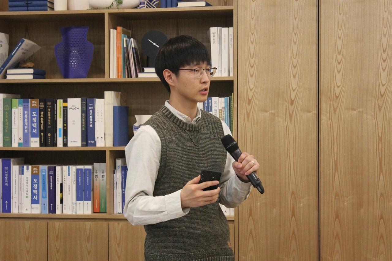 청중토론 패널토론 이후 이어진 청중토론에서 지민우 씨가 시민사회간 갈등에 대해 묻고 있다.