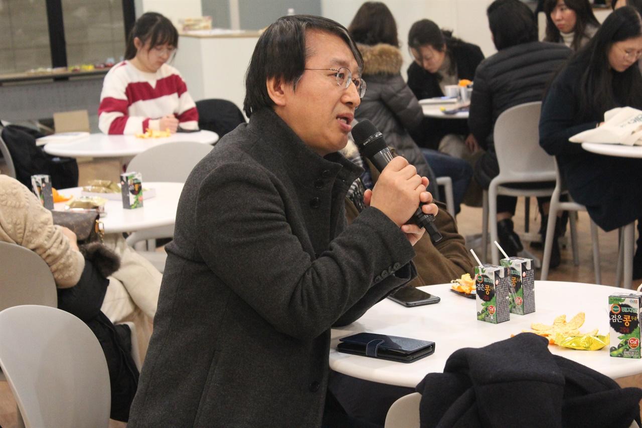 청중토론 이종오 한국사회책임투자포럼 사무국장이 일본의 시민사회에 관해 질문하고 있다.