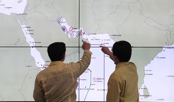 호르무즈 해협 우리 선박 주시하는 해수부 미국과 이란의 무력충돌 우려가 일단 잦아든 9일 세종시 정부세종청사 해양수산부 종합상황실에서 관계자들이 호르무즈해협, 페르시아만에 있는 우리 선박들의 위치 등 상황을 주시하고 있다.