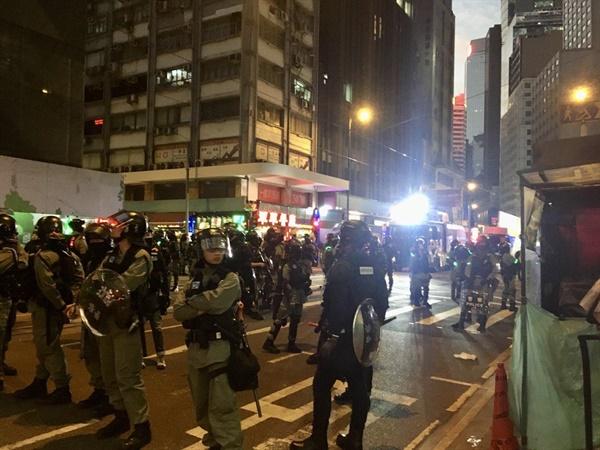 행진 종착지 센트럴에 경찰들이 무장하고 도로를 통제한 채 대기중이다.