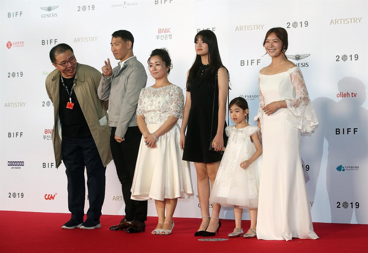 지난해 10월 부산국제영화제 레드카펫에 선 영화 <바람의 언덕> 박석영 감독과 배우들.