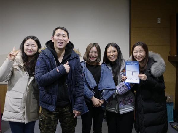진주시민미디어센터에서 기념촬영에 응한 관객들과 김태희(좌로 두번째), 장선 배우(좌로 세번째).