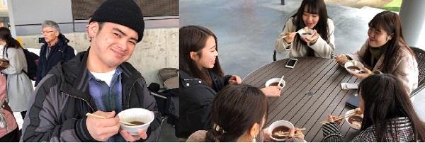 학생들이 모찌 떡을 넣어서 만든 젠자이 단팥죽을 먹고 있습니다.