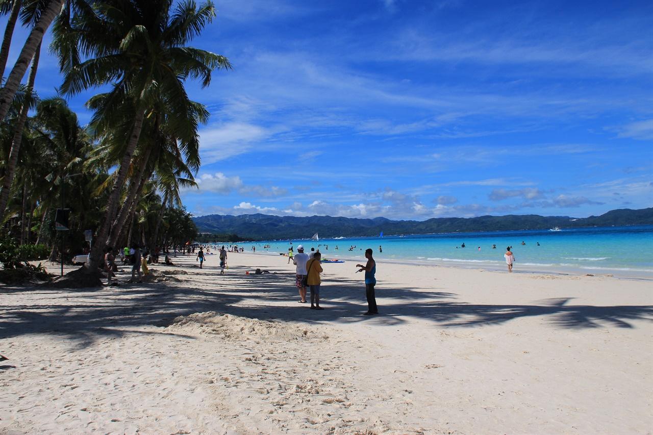 보라카이 화이트비치 해변에서 휴양을 즐기는 관광객들 모습