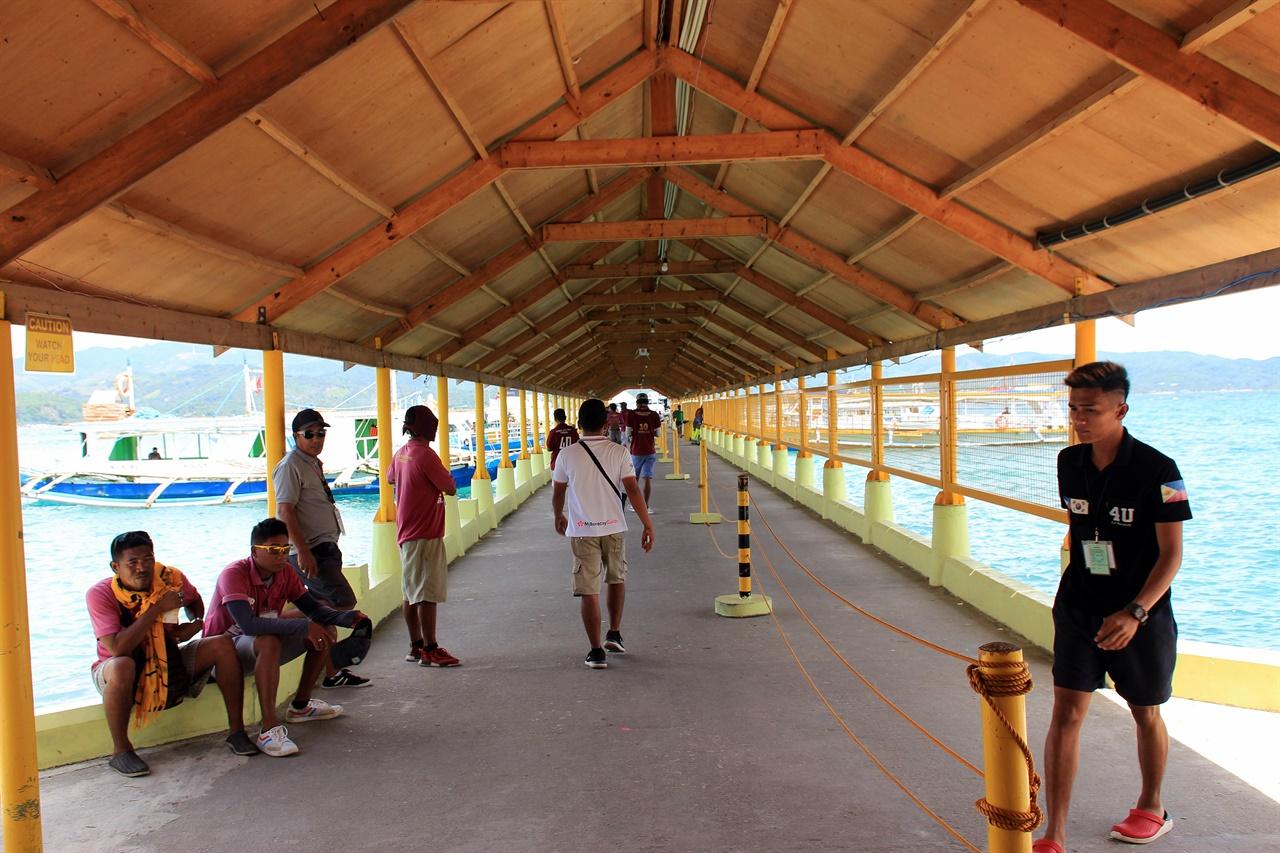 까띠끌란 항구에서 관광객들의 캐리어를 배에 실어주는 사람들, 잠시 휴식을 취하고 있다.