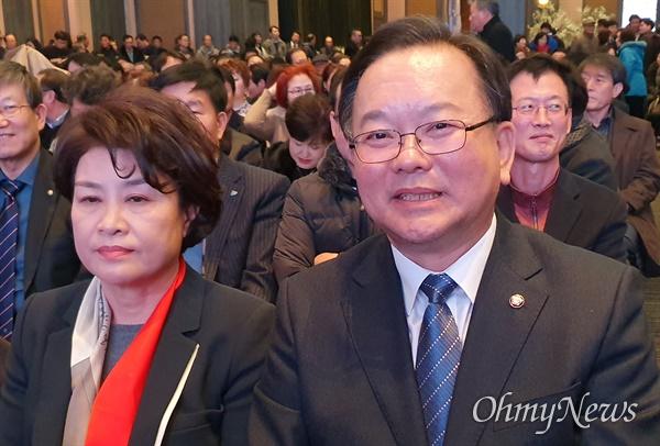 김부겸 더불어민주당 국회의원이 11일 오후 대구 수성구 그랜드호텔에서 자신의 저서 <정치야 일하자> 출판기념회에서 부인과 함께 앉아 있다.