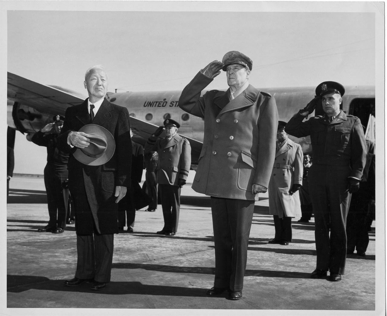 도쿄 하네다 공항 출발에 앞서 양국 국기에 경례하는 이승만 대통령과 맥아더 장군(950. 2. 18.).