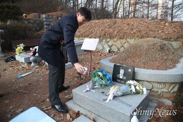 조국 전 법무부 장관이 12일 오전 경기도 남양주 마석 모란공원에서 고 박종철 열사의 묘소에서 참배하고 있다.