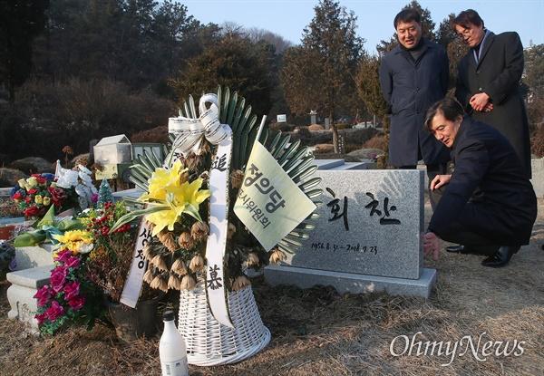 조국 전 법무부 장관이 12일 오전 경기도 남양주 마석 모란공원에서 고 노회찬 전 의원의 묘소에서 참배하고 있다.