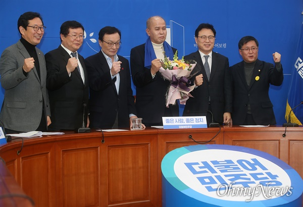 이용우 카카오뱅크 공동대표가 12일 오후 서울 여의도 국회에서 열린 더불어민주당 인재영입 발표행사에서 이해찬 대표의 환영을 받으며 화이팅을 외치고 있다.