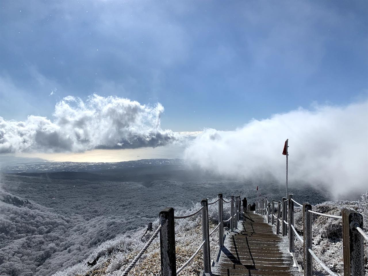 하늘을 덮었던 구름이 쉴새없이 지나가는 풍경. 내려가는 길이에요. 놀랍게 반짝이는 바다 위로, 한라산의 구름이 쉴새없이 흘러가고 있었어요. 그대로 행복해지는 풍경이었습니다.