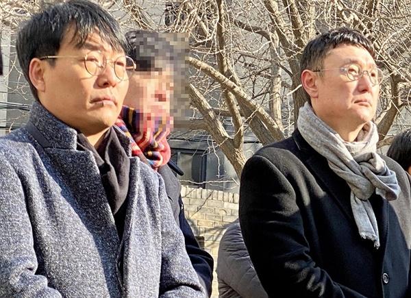 12일 오후 서울 옛 남영동 대공분실에서 열린 박종철 열사 33주기 추모제에 참석한 영화 <1987> 장준환 감독(오른쪽)과 김경찬 작가