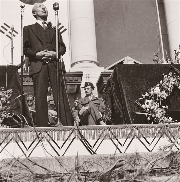 이승만이 미군정청 광장에서 열린 연합국환영대회에서 하지의 소개를 받은 뒤 축사하고 있다(1945. 10. 20.).