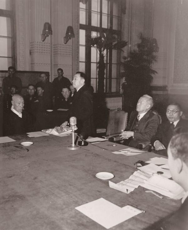미군정이 조직한 남조선대한국민대표민주의원에 참여한 김규식, 이승만, 김구(1946. 2.)