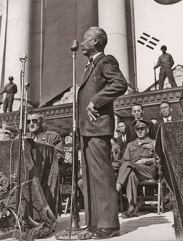미군정청 광장에서 열린 연합국환영대회에서 조선주둔군 사령관 하지가 지켜보는 가운데 이승만이 축사하고 있다(1945. 10. 20.).
