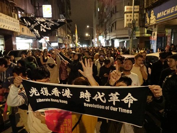 홍콩 시위 지지하는 대만인들 11일 밤 대만 타이베이서 열린 차이잉원(蔡英文) 총통 당선 축하 행사에 참석했다가 돌아가는 대만인들이 홍콩 시위대를 지지하는 뜻에서 다섯 손가락을 펼쳐 들어보이고 있다.