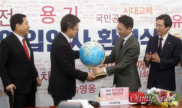 황교안 자유한국당 대표가 13일 오전 서울 여의도 국회에서 열린 자유한국당 2020년 영입인사 환영식에서 남영호 극지탐험가 대장으로부터 지구본을 선물 받고 있다.