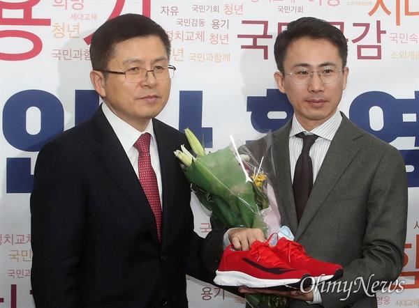 남영호 극지탐험가 대장이 13일 오전 서울 여의도 국회에서 열린 자유한국당 2020년 영입인사 환영식에서 황교안 대표의 환영을 받으며 운동화를 선물 받고 있다.