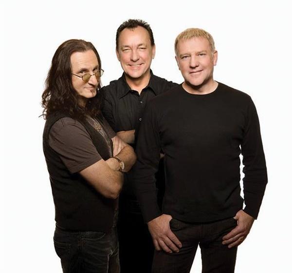 러시(Rush)의 2015년 프로필 사진. 왼쪽부터 게디 리(베이스, 보컬), 닐 피어트, 알렉스 라이프슨(기타)이다.