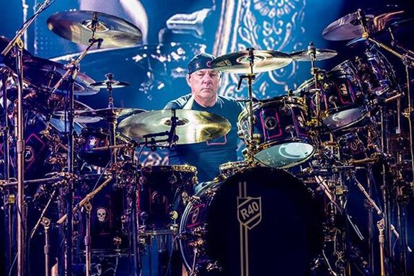 닐 피어트는 생전 일반 드럼 세트의 3배에 달하는 거대한 드럼 세트를 자유자재로 다루며 한치의 오차 없는 정교한 연주를 선보였다.